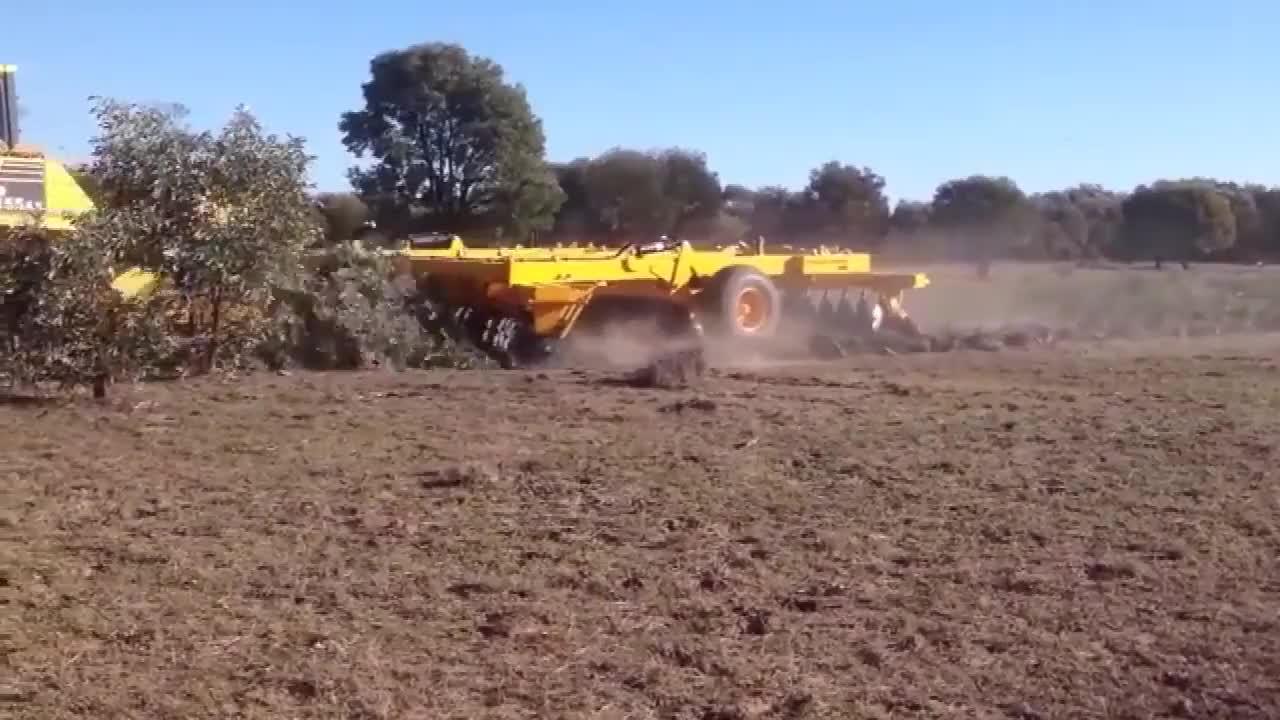 农民伯伯开着推土机去开荒地遇到树木直接推倒开荒杠杠的