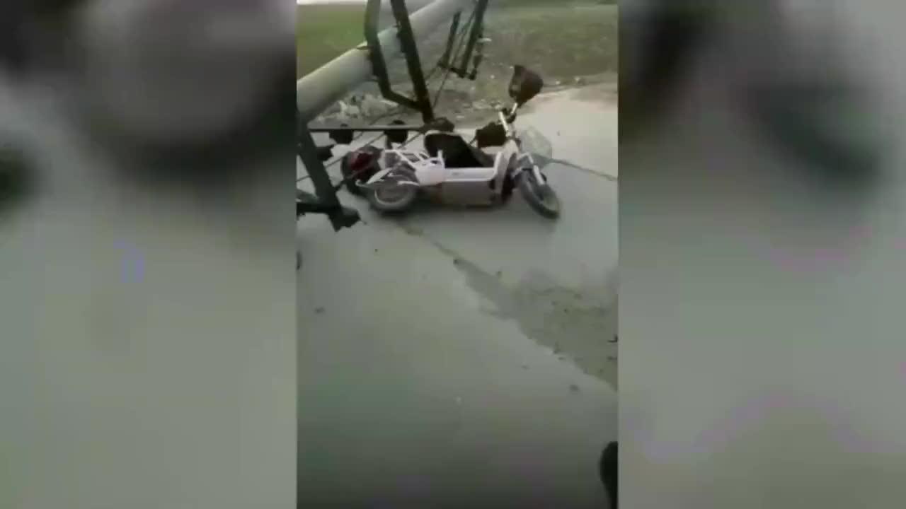 保定6级风吹断电线杆砸死一女子死者弟弟线杆可能老化了1