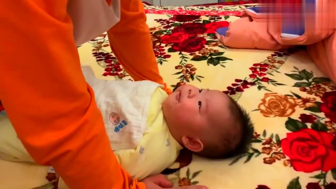 3个月的宝宝和宝爸无障碍交流,两人互捧彩虹屁,看上去好逗