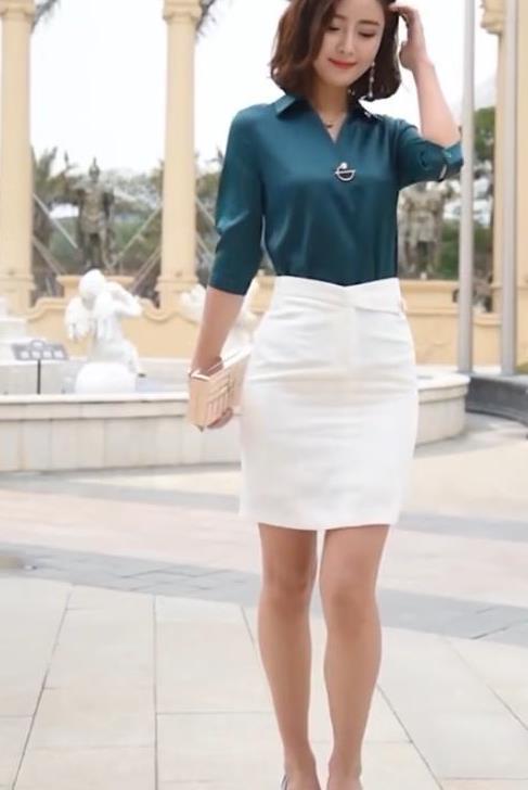街拍:大妈穿衬衫配包臀裙时尚精致,比女神陈数还美