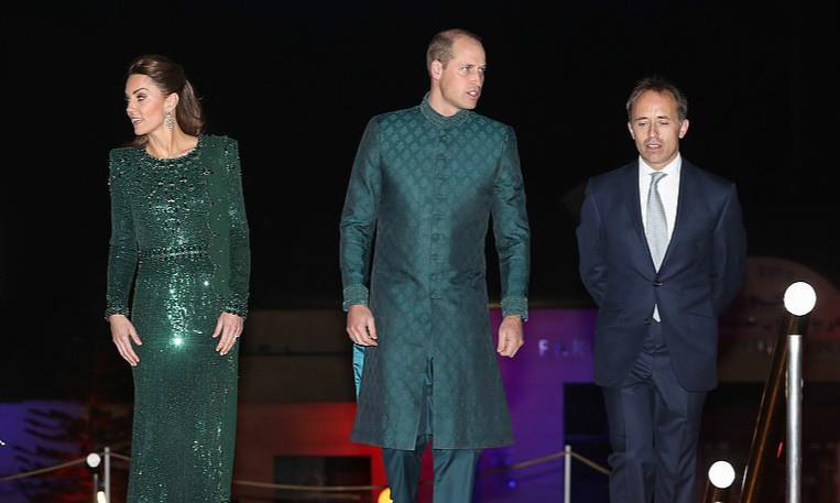 剑桥公爵夫妇穿情侣装,凯特王妃穿32000钻石长裙,美得高调!