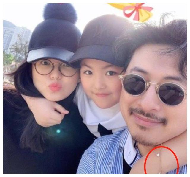 王诗龄戴万元手链被批炫富!吴佩慈女儿未满2岁就背12万爱马仕