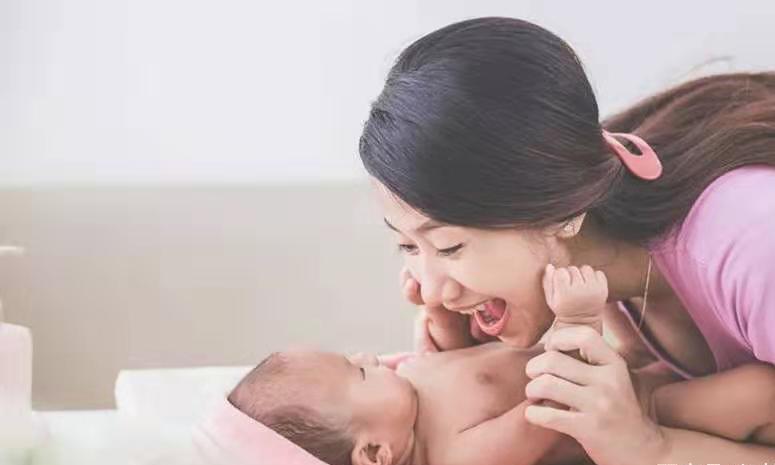 """""""贵人语迟""""奶奶说:孩子说话晚很正常。听听医生怎么说"""