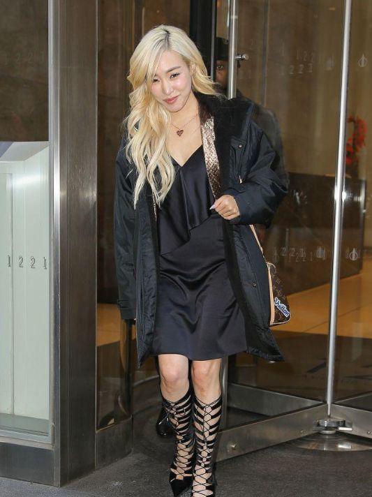 Tiffany黄美英穿绑带高靴秀美腿,满面甜笑美貌动人