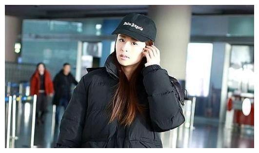 关晓彤和颖儿机场穿同款羽绒服,尴尬撞衫,谁更美?一目了然。