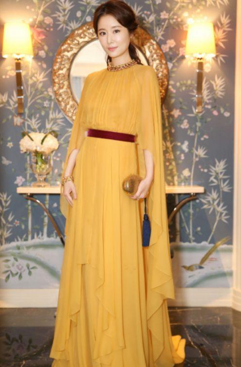 """林心如又任性了,""""鹦鹉裙""""不够还在金色包上别中国结,意外时尚"""