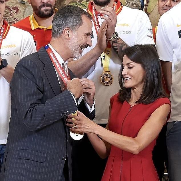 西班牙国王夫妇会见国家篮球队队员,莱后一身红裙喜庆十足