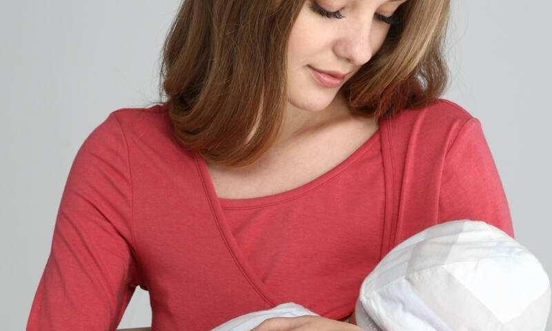 宝妈在公共场所喂母乳毫不避讳,你能接受吗?宝妈怎样避免尴尬?
