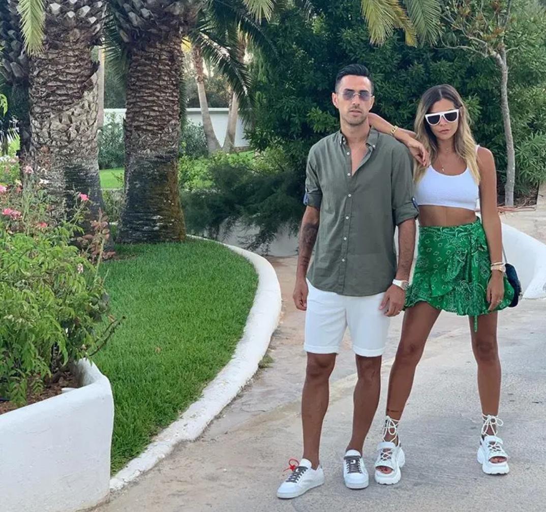 广州富力俱乐部当家球星扎哈维与妻子一起在西班牙度假旅游