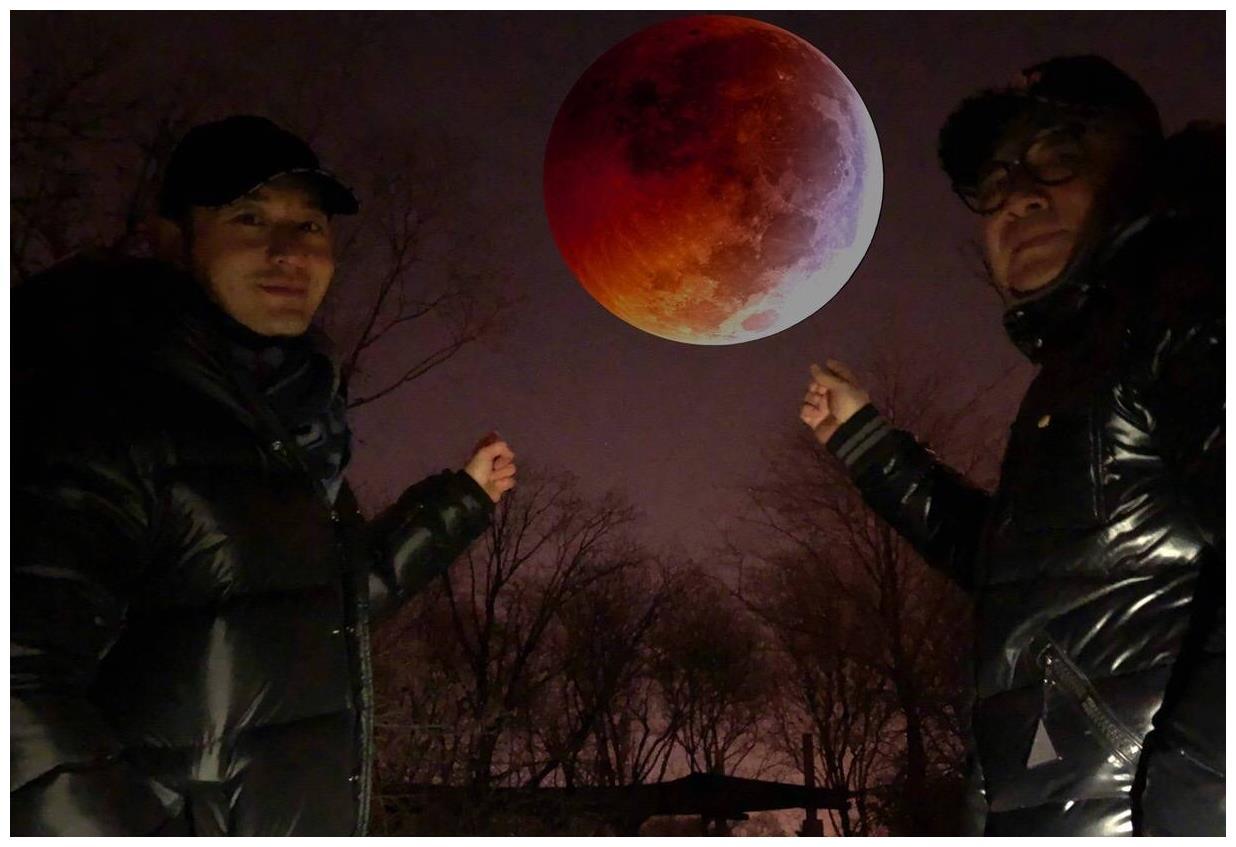黄晓明晒照与爸爸看红月亮,称自己拍的小让网友为其P上大月亮