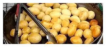 大姐把卖不出去的土豆,做成小吃,熟人都笑她,没两天生意就火了