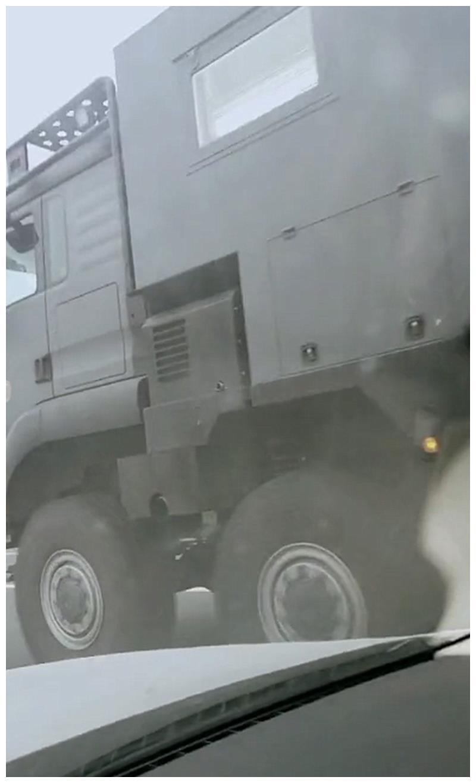 1268万奔驰大货车现无锡,车牌挂黄牌,车尾机车比汽车还贵!