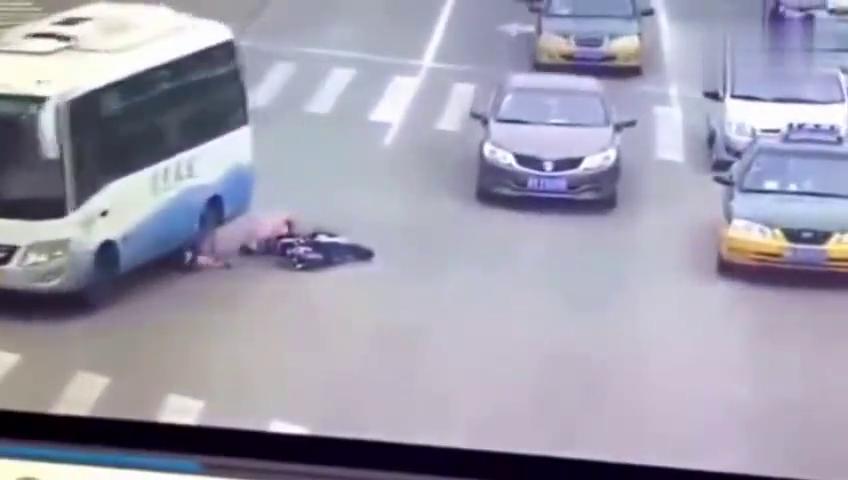 女子骑电动车闯红灯,监控证明了大客车无辜