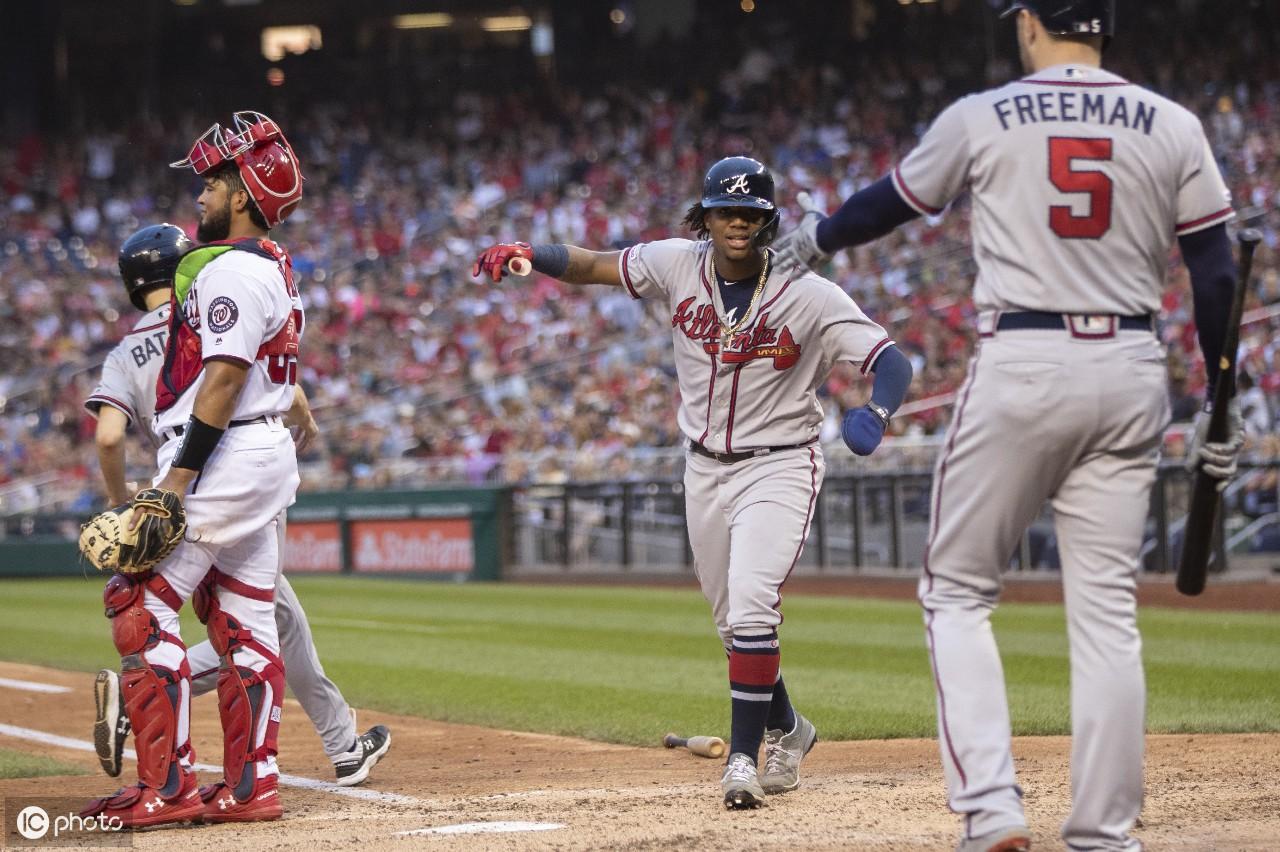 匹兹堡海盗队的凯文·克莱默观看,芝加哥与芝加哥小熊队棒球比赛