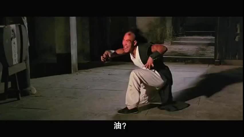 怪猫跟洪金宝单挑,洪金宝用一碗油针对他,把他打的杀猪叫