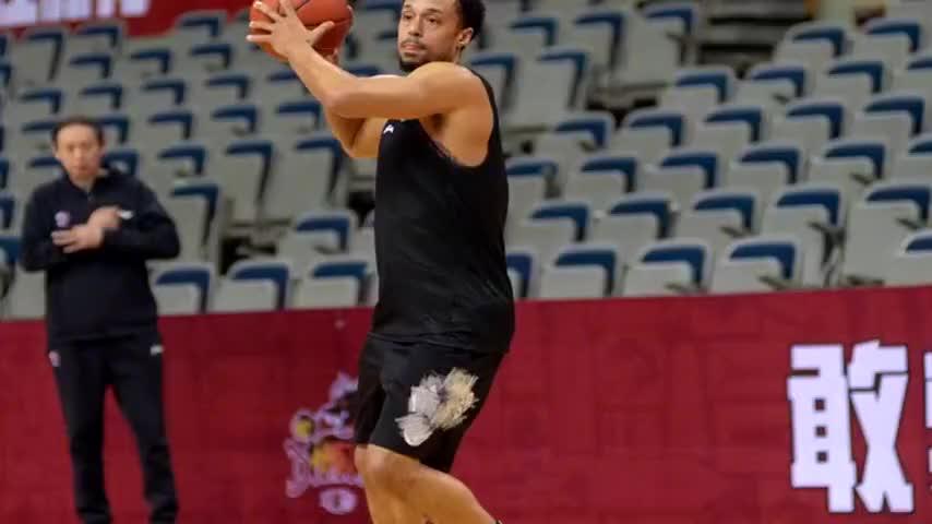 江苏男篮外援吉布森被换下 詹金斯迎自己中国篮球生涯首秀1