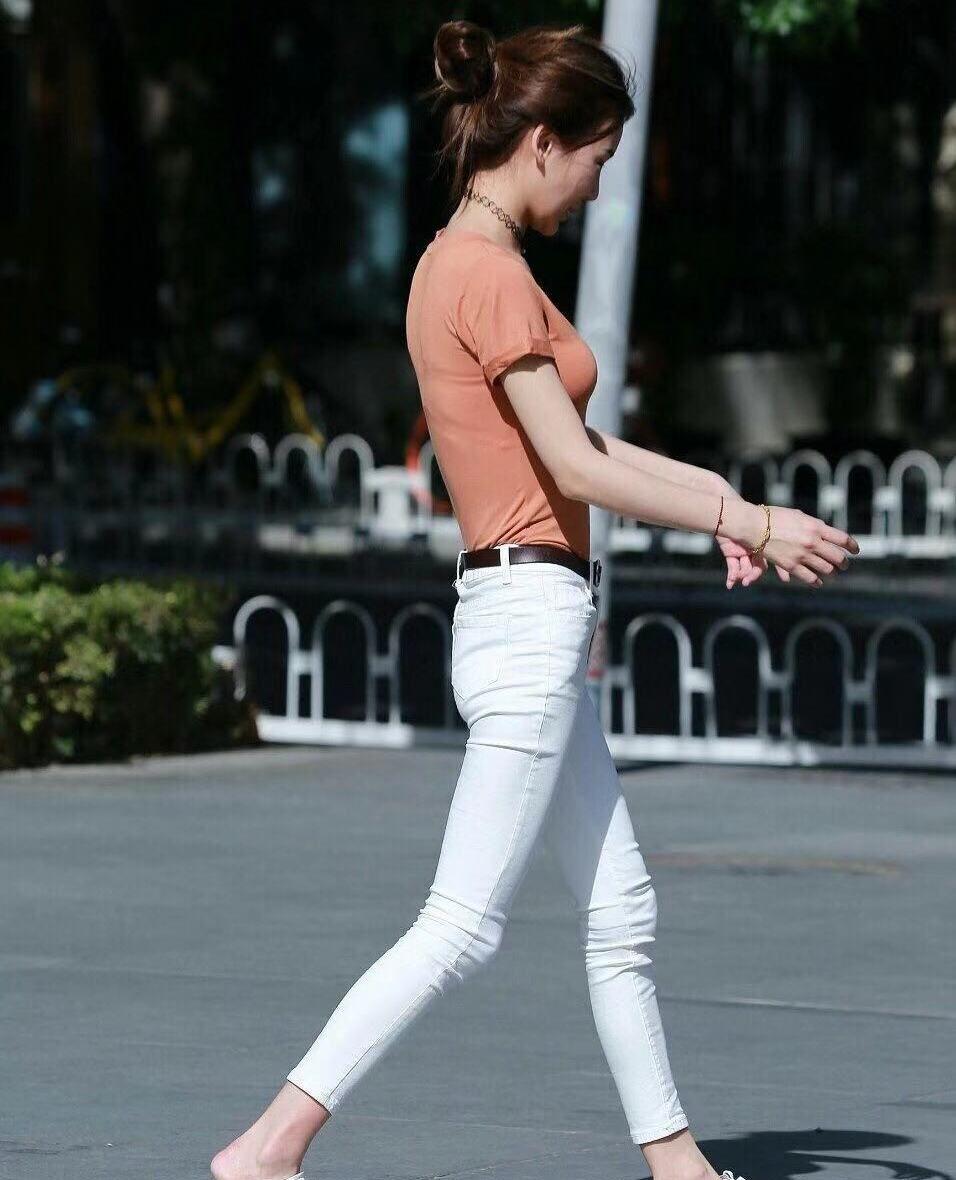 街拍,小姐姐橘色简约上衣搭配白色紧身裤,身材纤细高挑