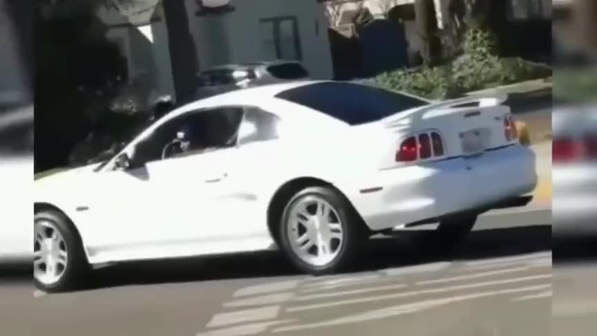 新手上路事故频发开的像碰碰车急坏警察叔叔