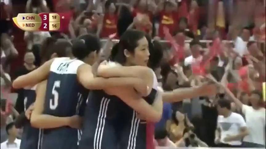 朱婷拿下打荷兰最后一球振臂高呼,队友们疯狂地冲上去把队长抱住