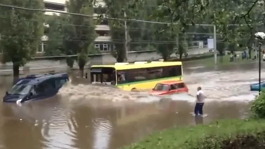 伤口上撒盐豪车被洪水淹没公交车风风火火的杀来了