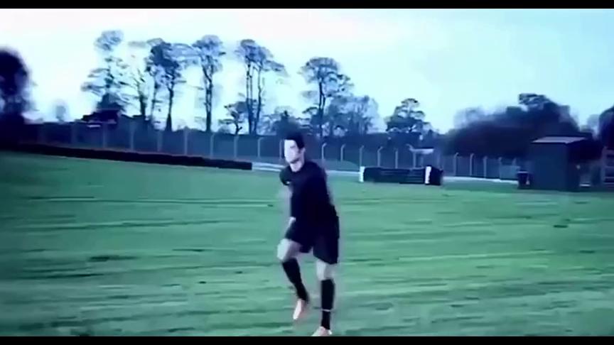 足球:不可能的挑战?C罗百米折返跑赢1000匹马力的布加迪威龙