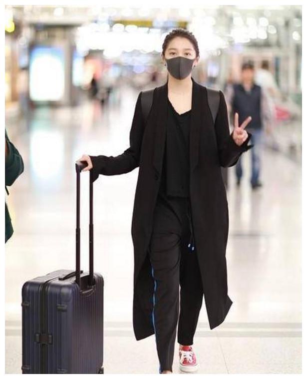 关晓彤张雪迎现机场 两人都是20岁 女汉子和乖乖女的差距!