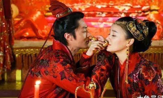 新郎新娘在婚礼上,为何要共饮交杯酒呢?