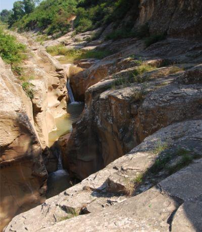 陕西石鼓峡石窟雕刻于中唐时期!窟内圆雕高约1.8米坐佛一尊