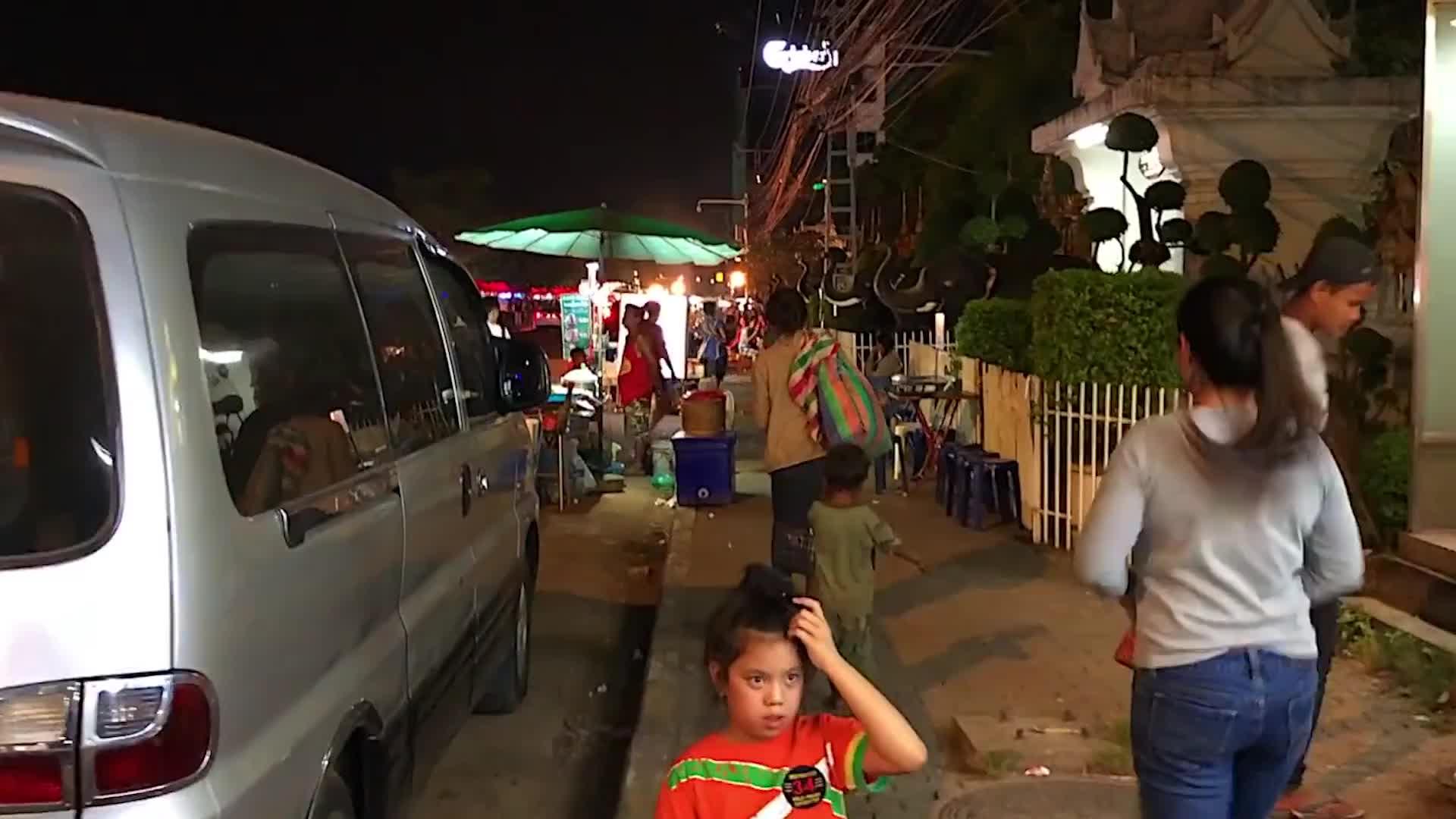 在老挝街头,看到美女中国游客一定要胆子大,该出手时就出手