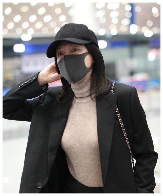 有一种精致叫秦岚素颜,穿低压装走机场,看着不像40岁