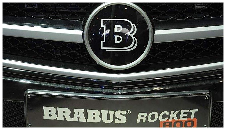 带字母的大众算什么,这辆奔驰有3个车标,更惹不起?