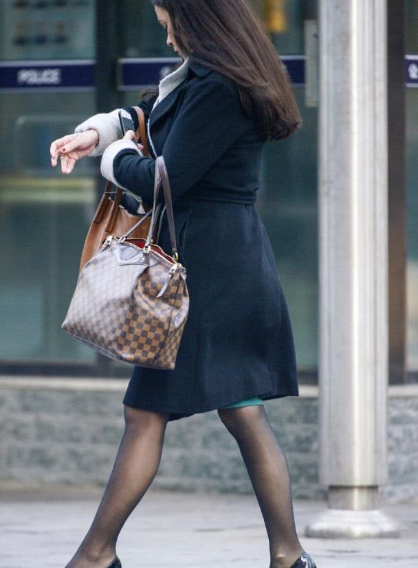 路人街拍:赶着上班的职场丽人,黑色毛呢大衣百搭不过时!