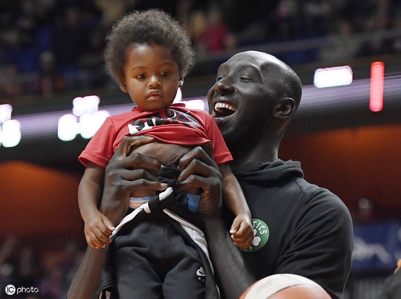 在WNBA篮球季后赛比赛中,凯尔特人队员帮助一名小男孩进入禁区