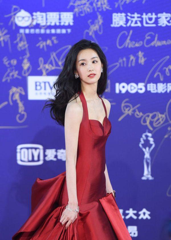 陈都灵红裙黑发变港味女郎,风情万种不再是清纯邻家妹