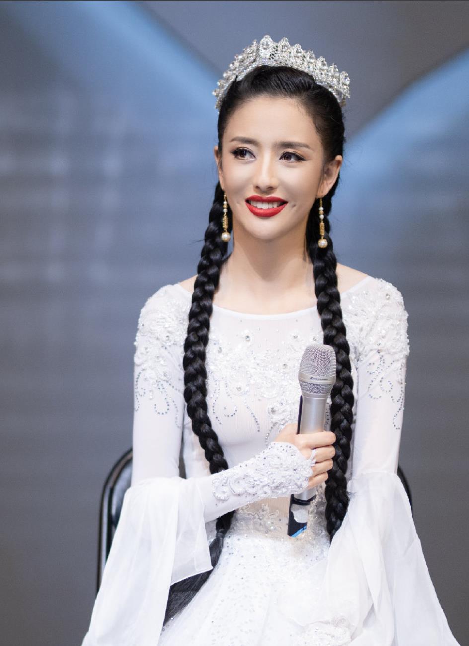 佟丽娅出席活动,身着一袭靓丽且富有民族风情的白色纱裙亮相