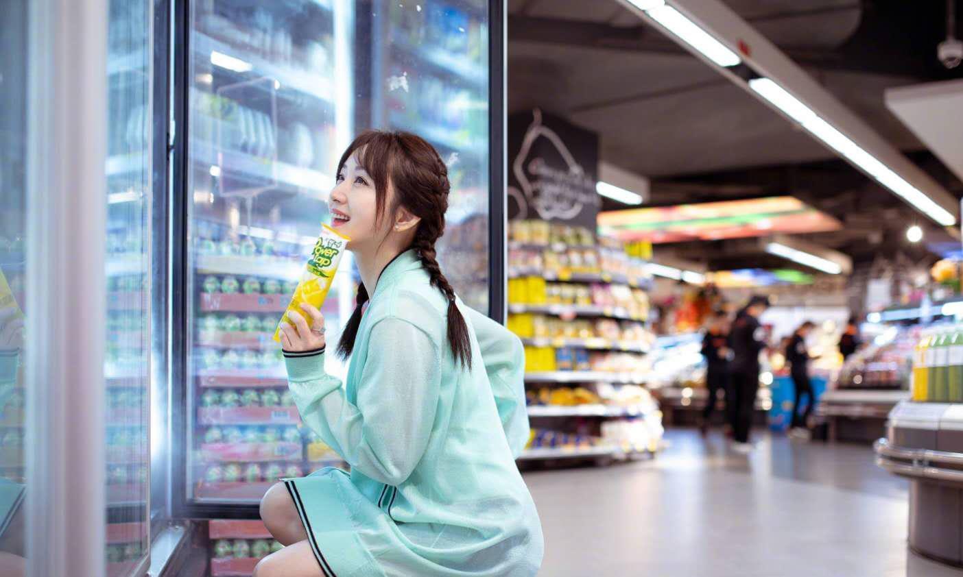 48岁杨钰莹一身白衣秀小蛮腰,配波浪卷发不显老,造型少女好洋气