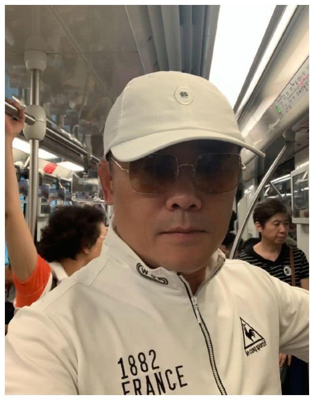 周立波晒照宣布回国,带太太胡洁第一次坐上海地铁