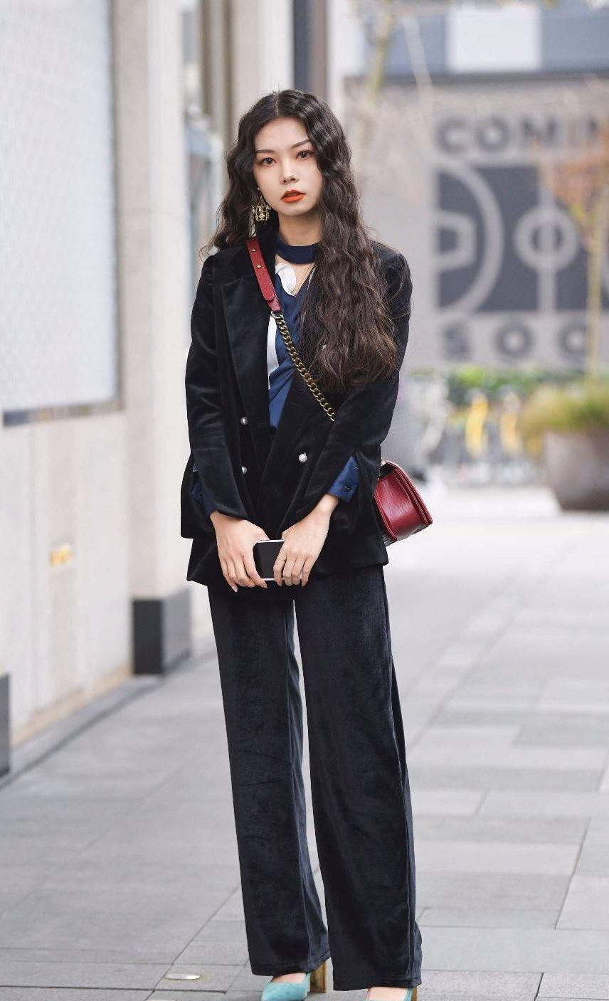 街拍:秋水伊人的美女穿毛边呢子大衣,展现别样的时尚魅力