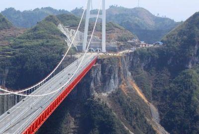 亚洲最大的悬索桥在中国云南省,行走在云雾里,美国都服气