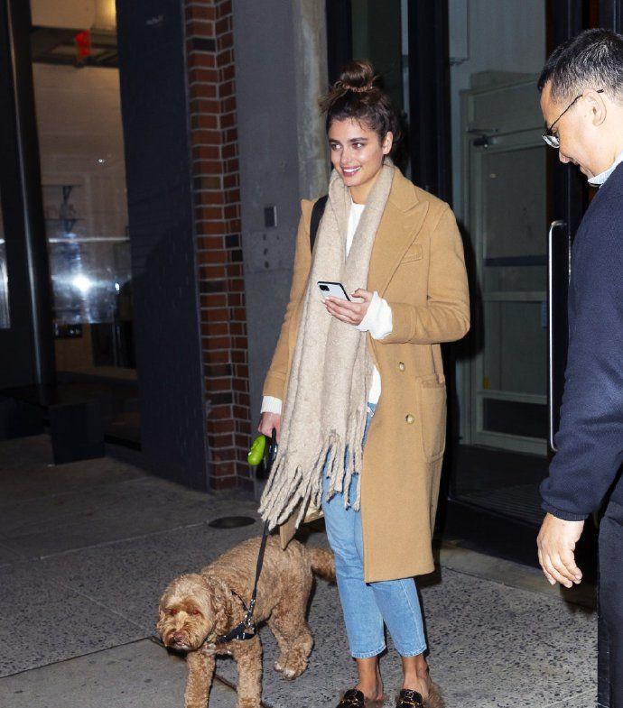 泰勒·希尔带狗子出街了,驼色大衣+牛仔裤,狗狗颜色和大衣相似