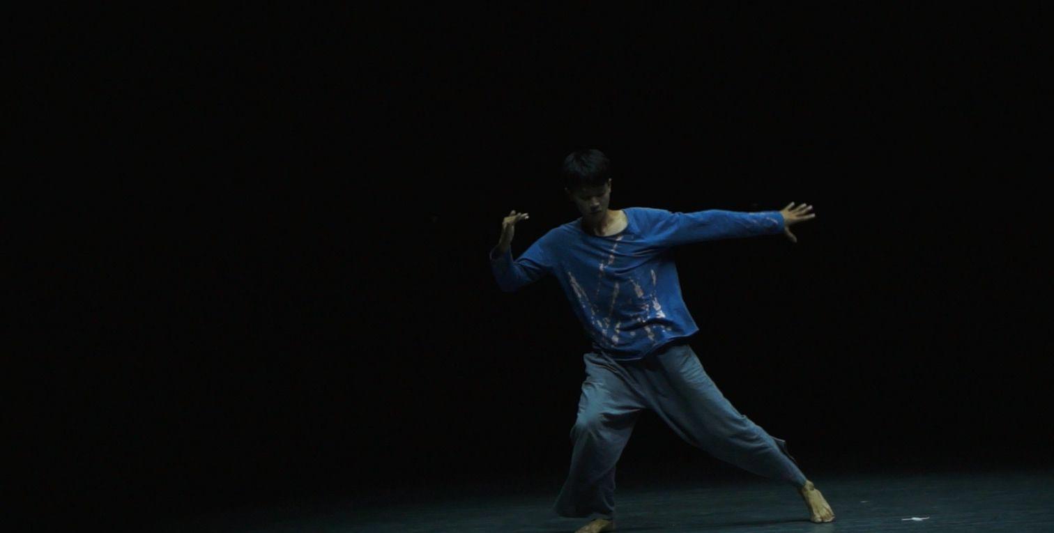 实拍舞蹈系男生表演现代舞,动作舒缓,很有艺术气息