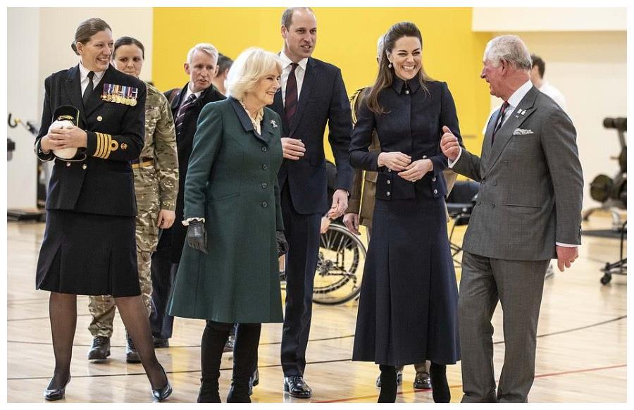 """威廉王子坐轮椅,查尔斯王储揉肩鼓励,老父对""""仅存""""儿子很珍惜"""