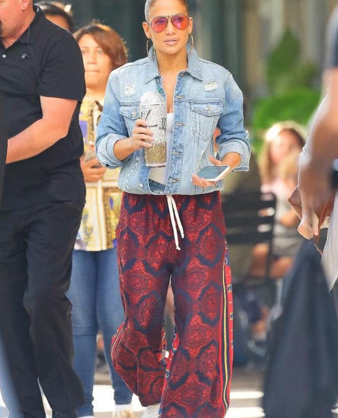 詹妮弗·洛佩兹Jennifer Lopez街拍,牛仔外套 灯笼裤,时尚抢镜