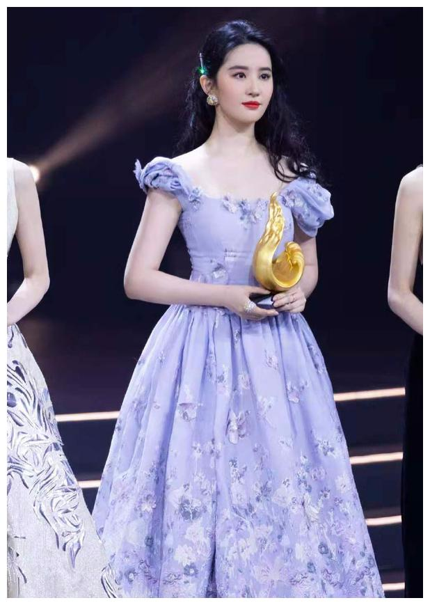 """刘亦菲胖了,穿紫色长裙现身盛典像""""仙女"""",脸比赵丽颖大出一圈"""