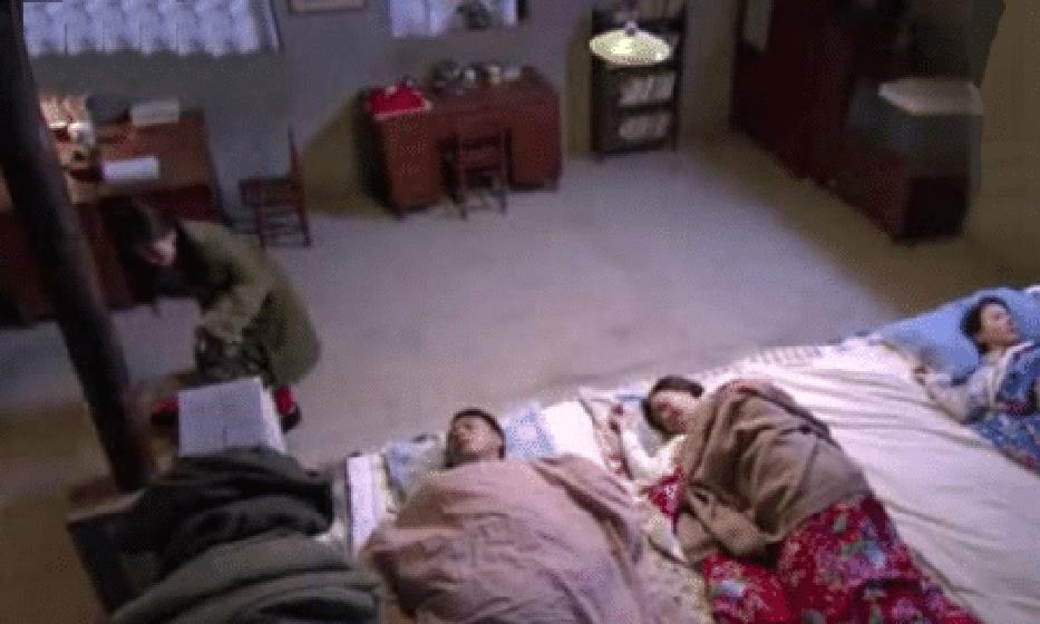 东北人全家人睡同一个炕,新婚夫妻该怎么办?不说你根本想不到