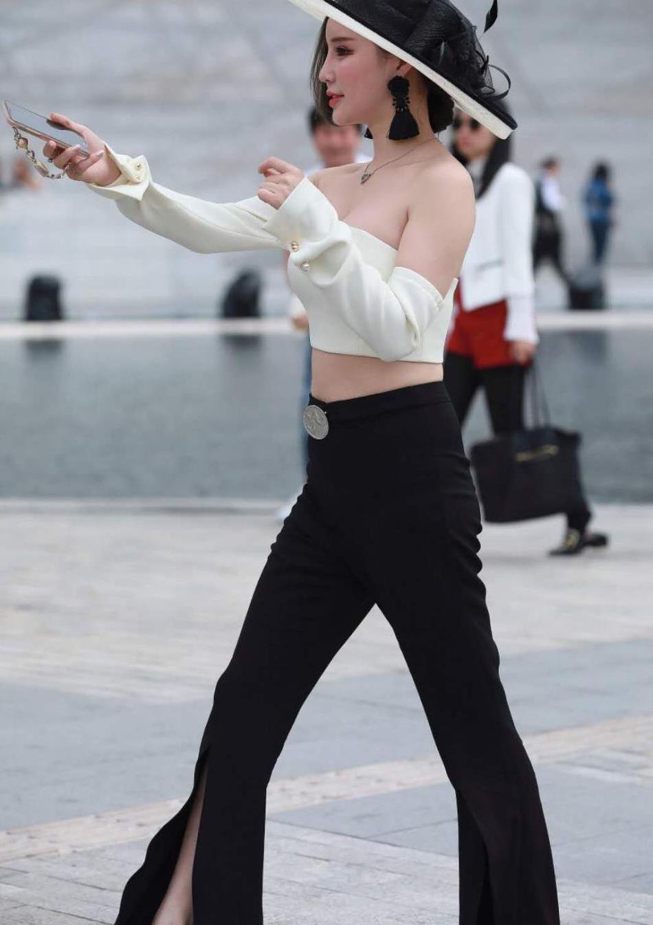 美女街拍:身材丰腴的小姐姐,穿搭时尚潮流,尽显性感的魅力