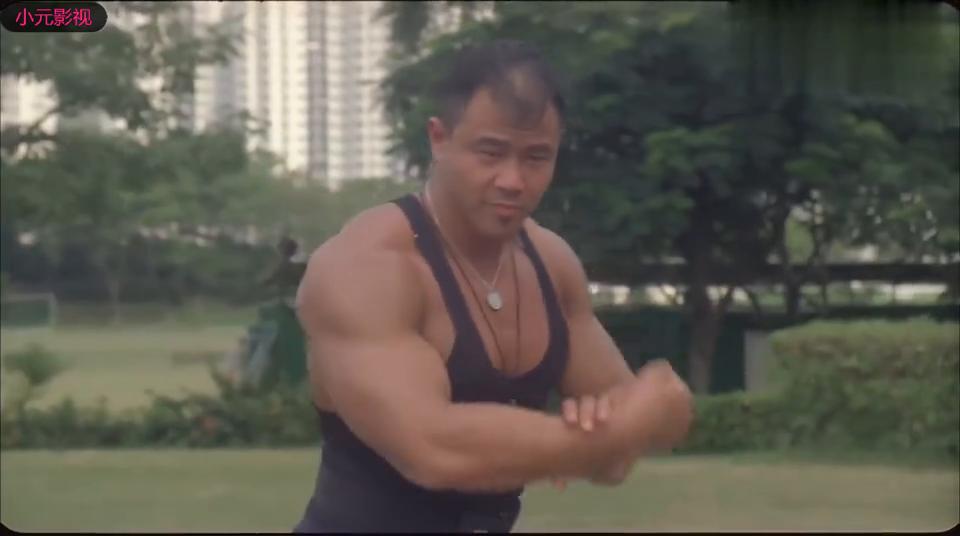 体育老师疯狂秀肌肉,小学生看不下去和他比试,竟然秒杀肌肉男!