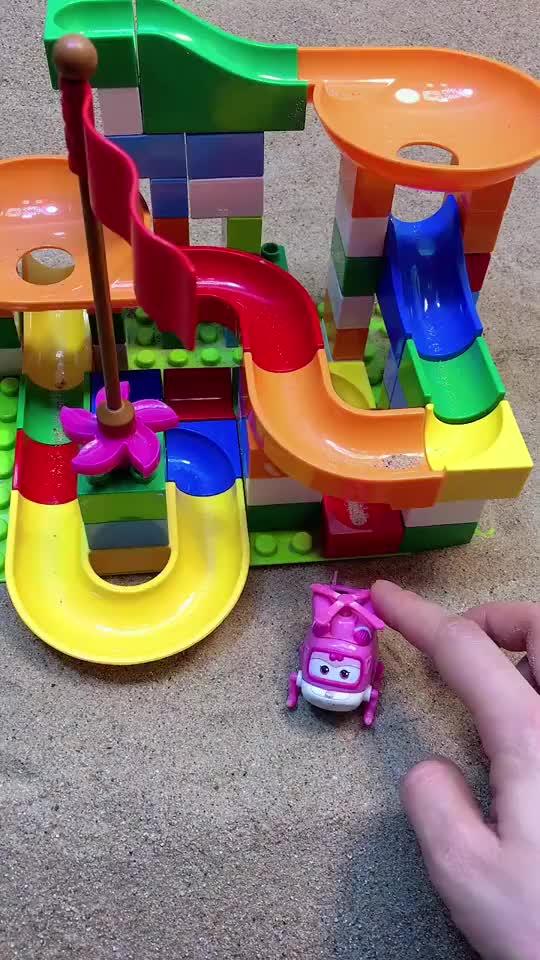 少儿益智亲子玩具小小爱要玩滑梯结果被卡在那了