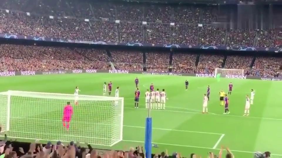 球迷!梅西超级任意球破门,范戴克怒拍双臂懊恼!