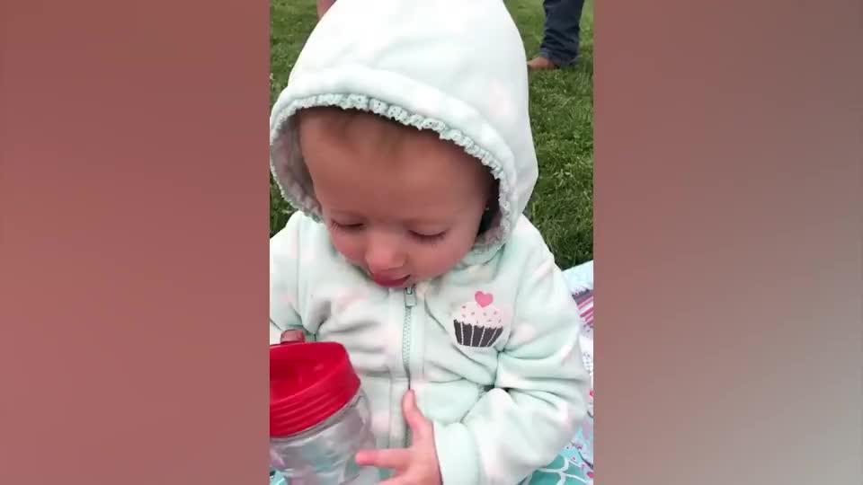 宝宝自己喝水被妈妈看见,接下来的画面,看完不准笑